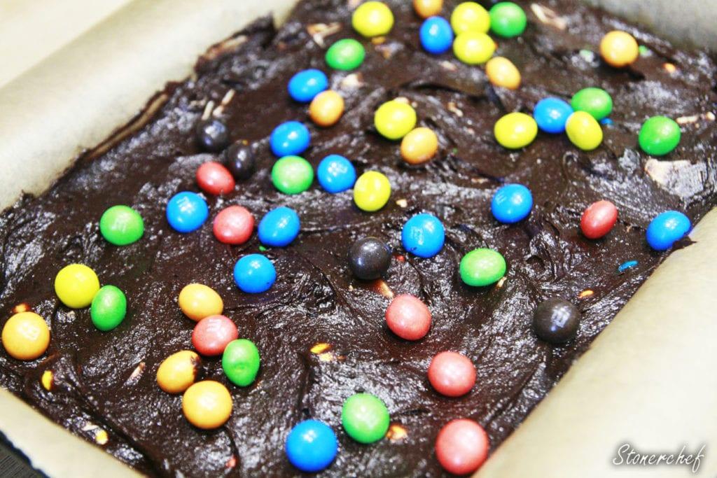 brownie m&ms przed pieczeniem