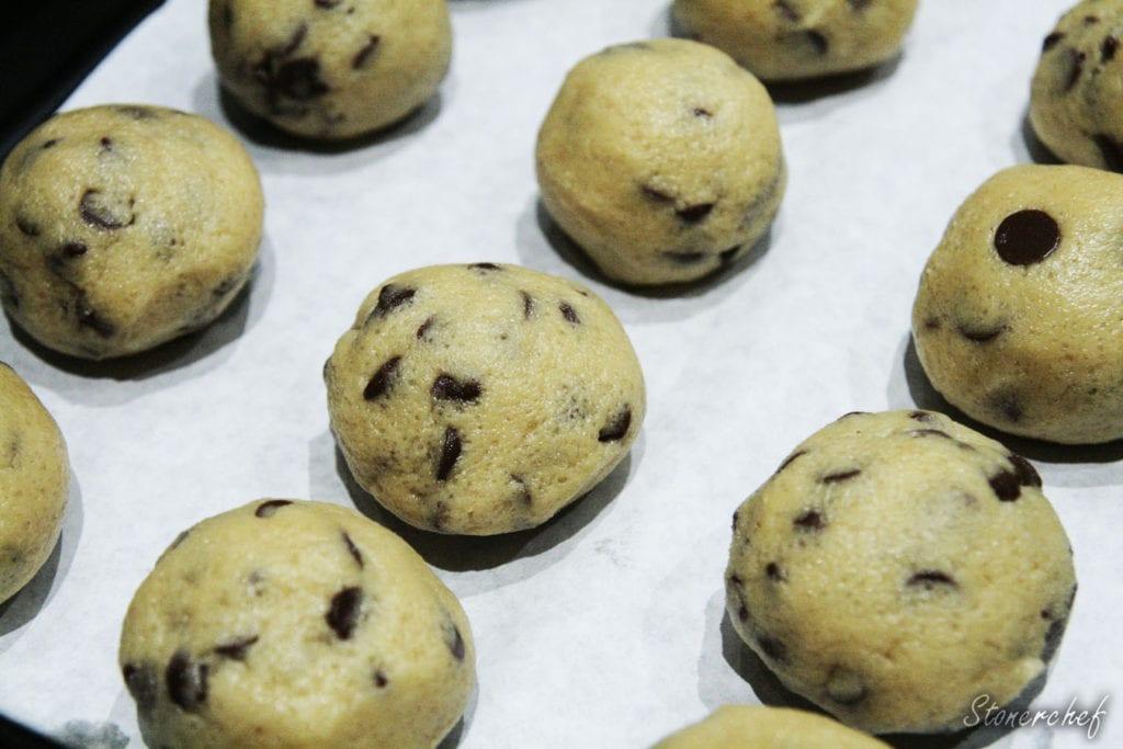 kulki z cookie dough przed mrożeniem