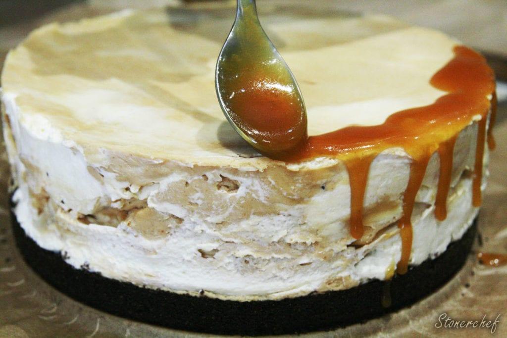 marmurowy sernik dekorowany solonym karmelem