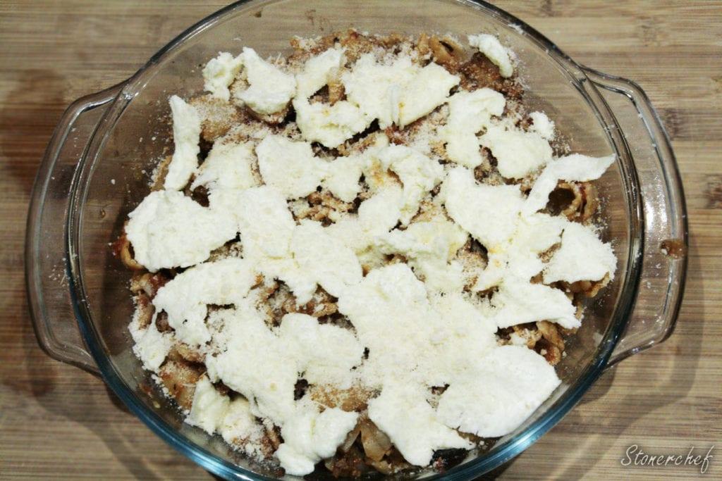 muszle makaronowe z wołowiną przed pieczeniem