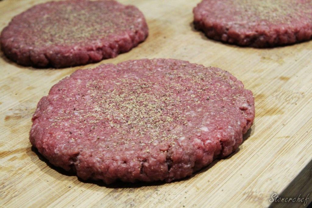 przyprawione burgery przed smażeniem