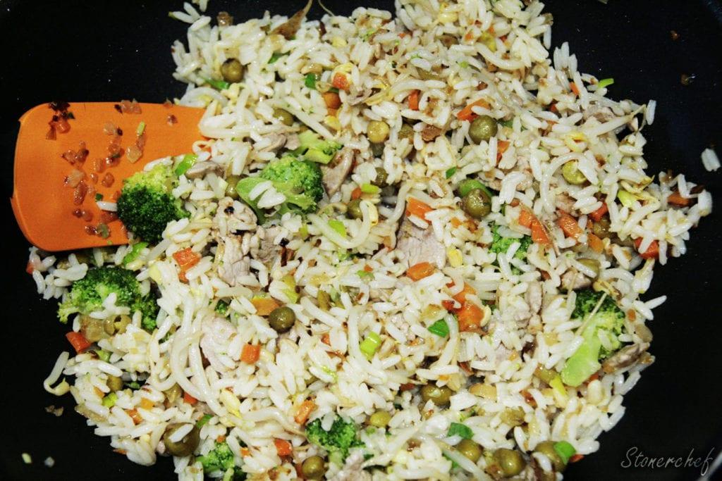 ryż dodany do wieprzowiny z warzywami