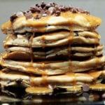 pancakes z syropem z masła orzechowego