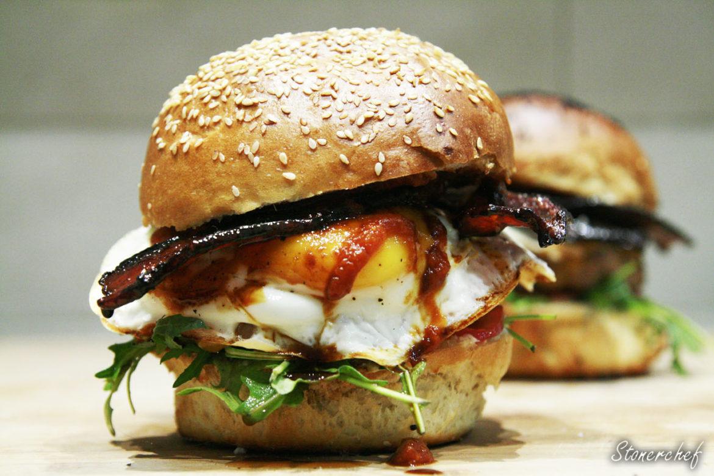 burger z jajkiem sadzonym i bekonem