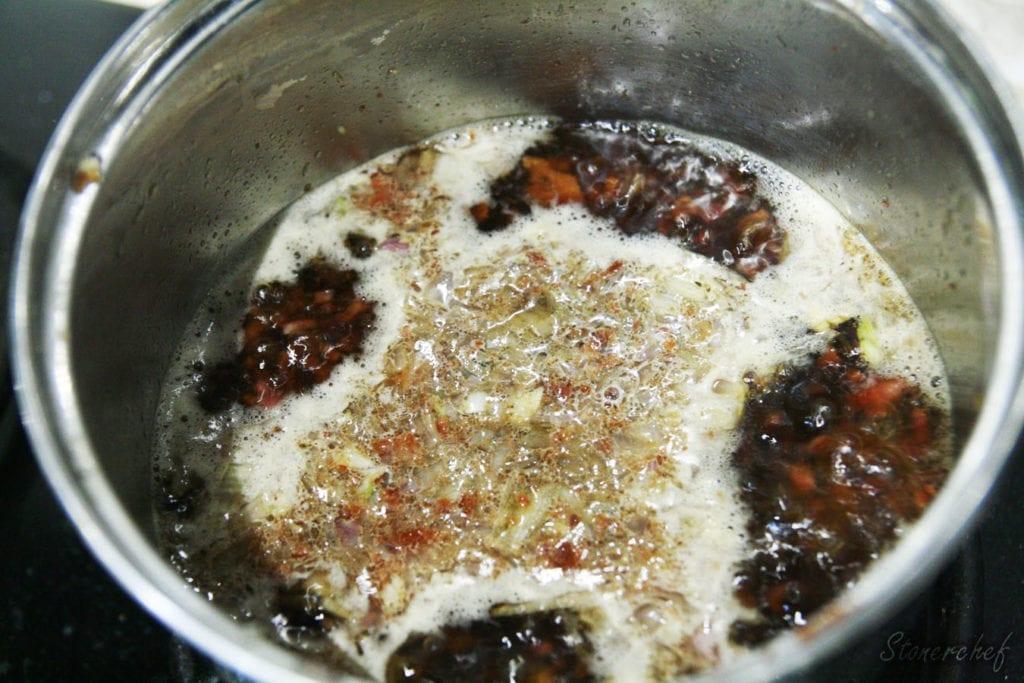 gotujący się sos bekonowy