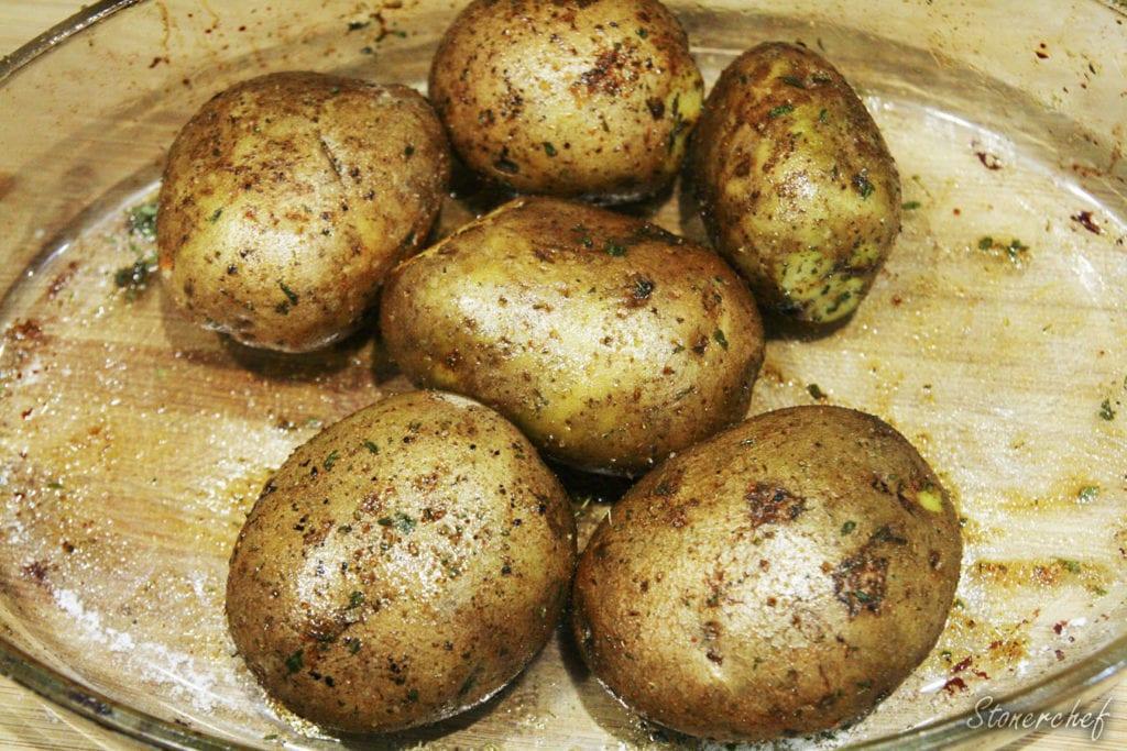przyprawione ziemniaki przed pieczeniem