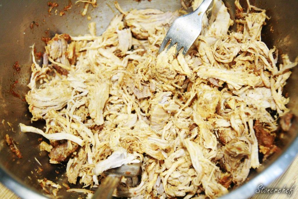 szarpana wieprzowina przed wymieszaniem z sosem bbq