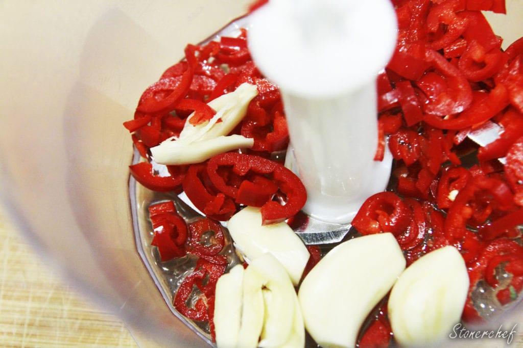 składniki na pastę chili z czosnkiem w malakserze