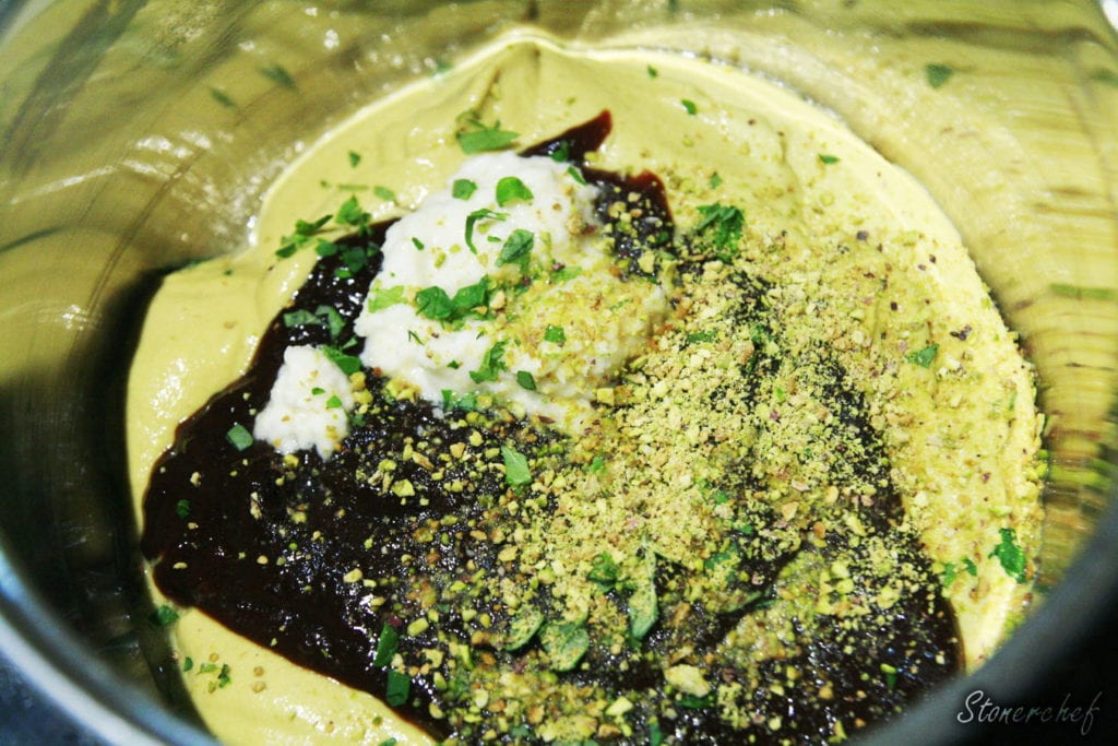 składniki sosu musztardowo-śliwkowego w rondelku