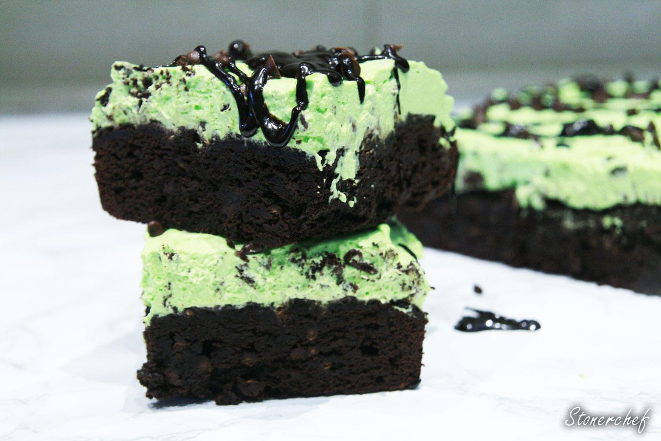 http://www.stonerchef.pl/wp-content/uploads/2017/04/sos-czekoladowy-splywajacy-po-brownie-z-mietowym-kremem.jpg