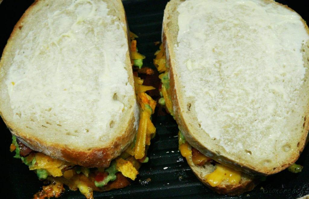 grillowanie kanapek z cheddarem i guacamole
