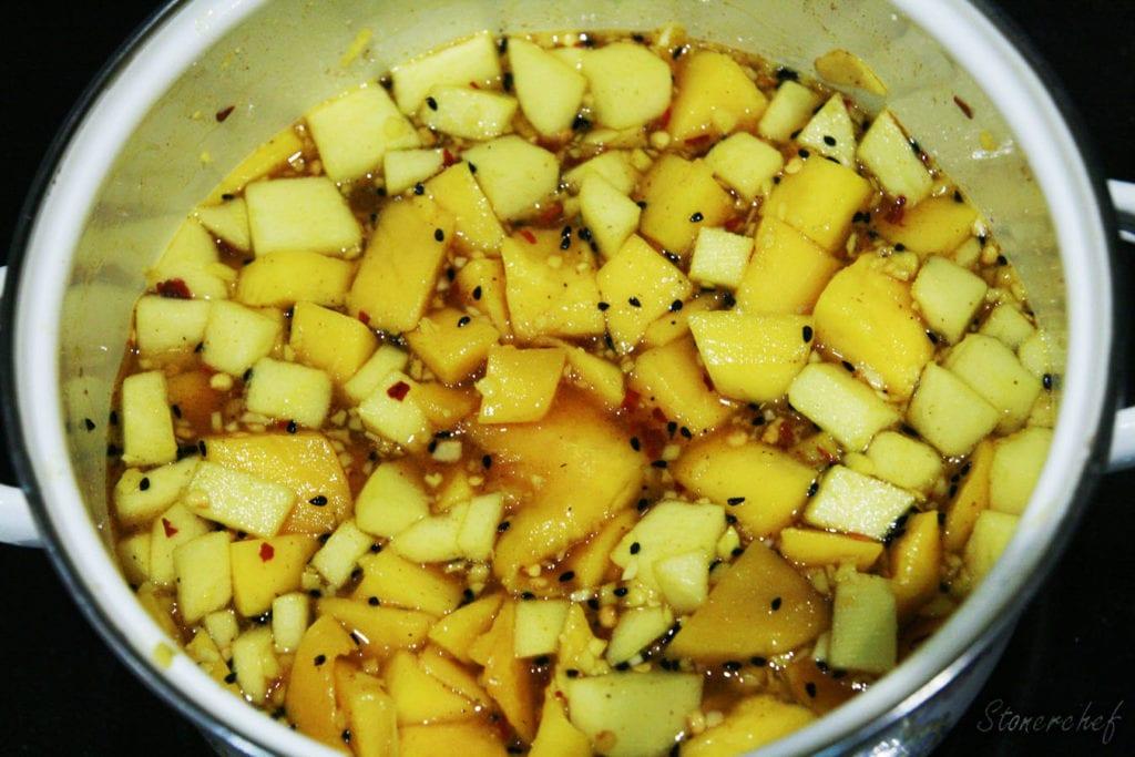 owoce z cukrem, octem i przyprawami w garnku