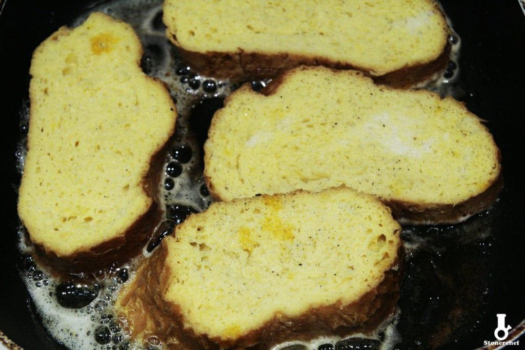 smażone tosty francuskie na patelni
