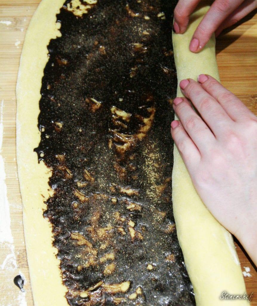 zawijanie ciasta na bułeczki cynamonowe