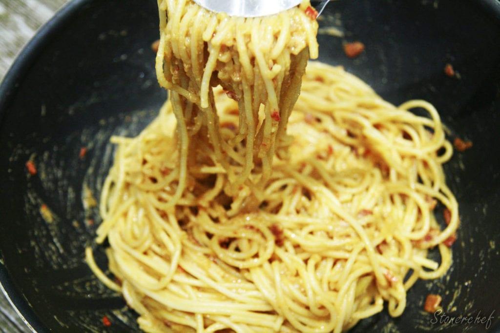 spaghetti z sosem orzechowym