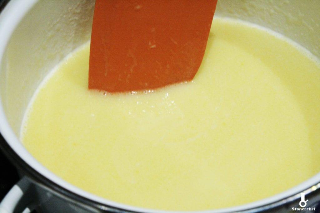 masło i mleka skondensowane w rondelku