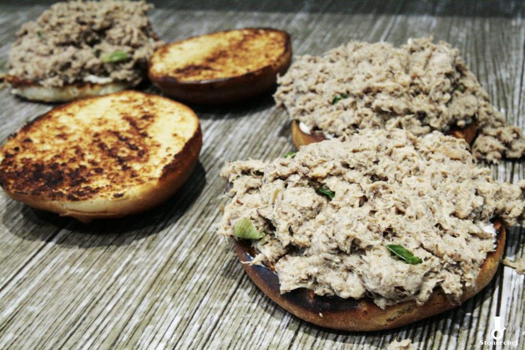 składanie kanapek z orientalnym pulled porkiem