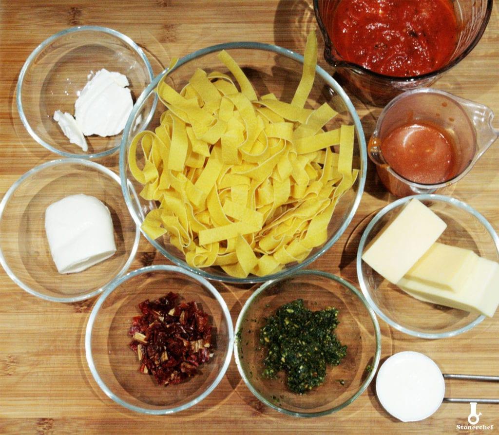 składniki na pomidorową zapiekankę makaronową