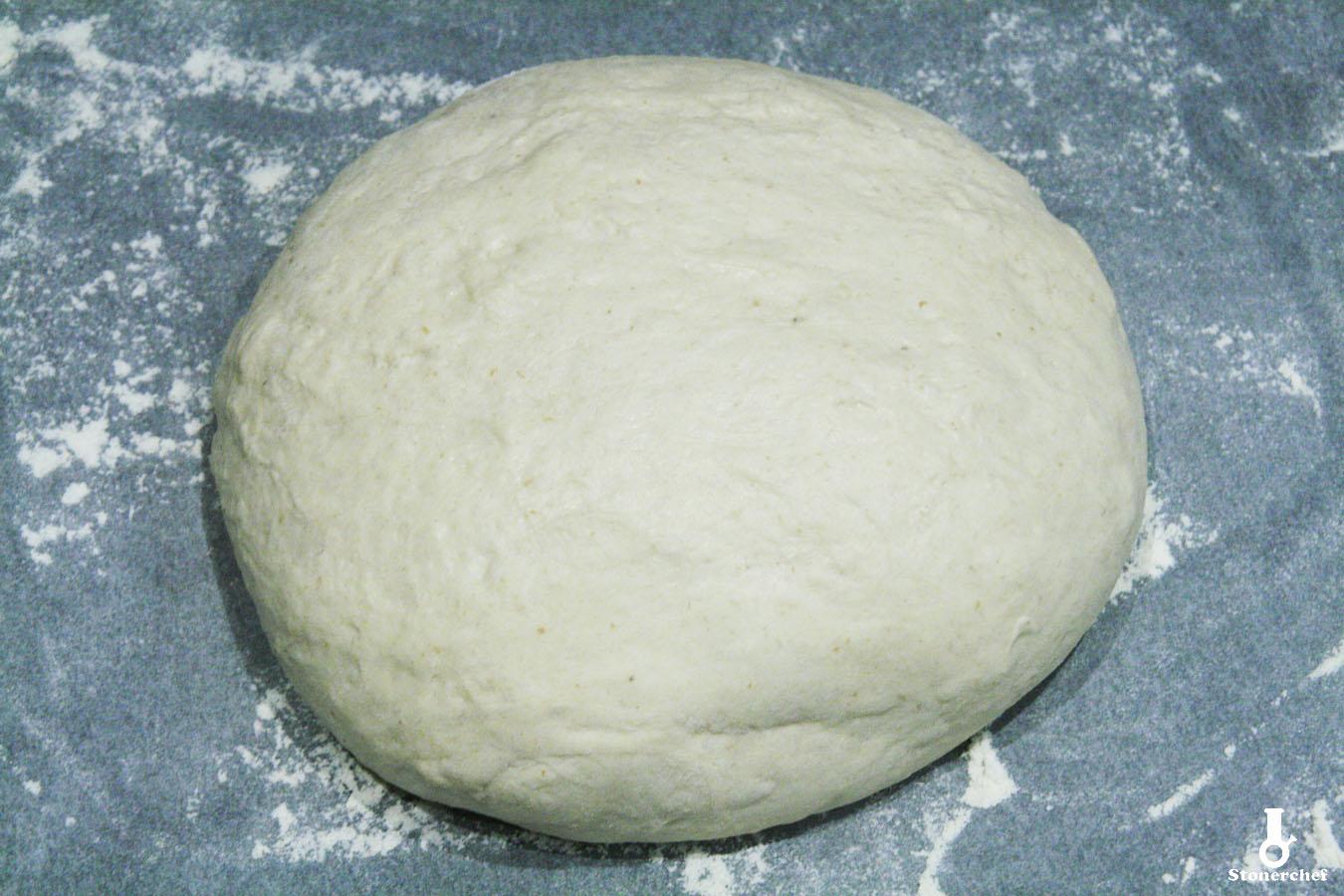 wyrobione i wyrośnięte ciasto na chleb