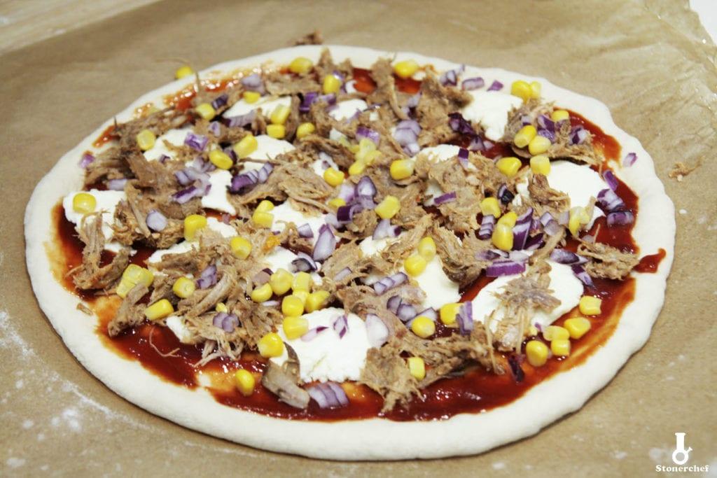 pizza z pulled porkiem przed pieczeniem