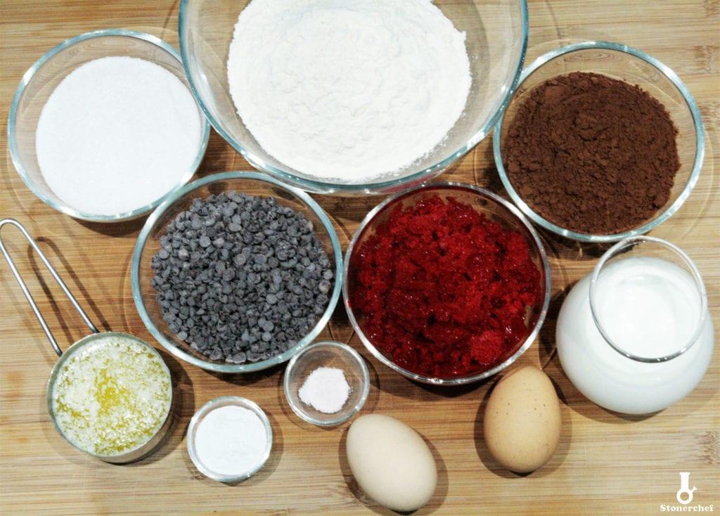 składniki na podwójnie czekoladowe babeczki z truskawkami