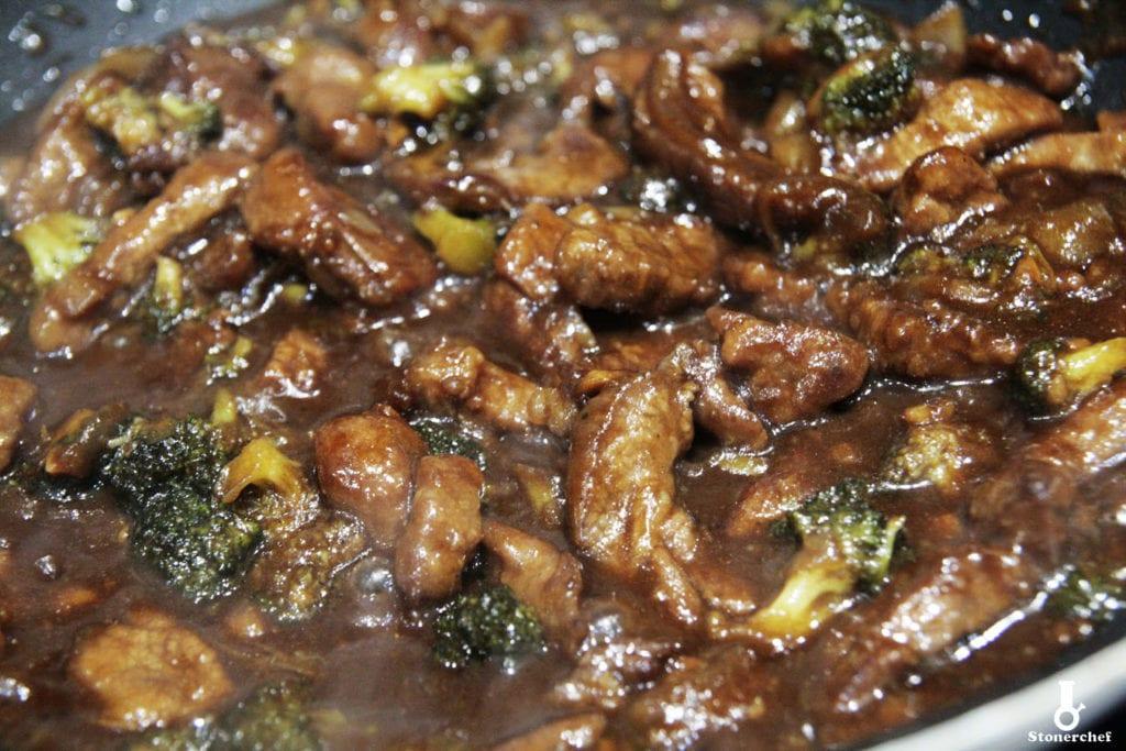 zbliżenie na wołowinę po mongolsku z brokułami