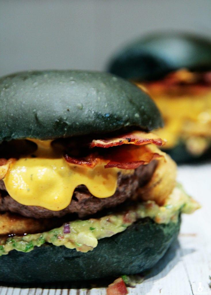 czarne burgery z guacamole