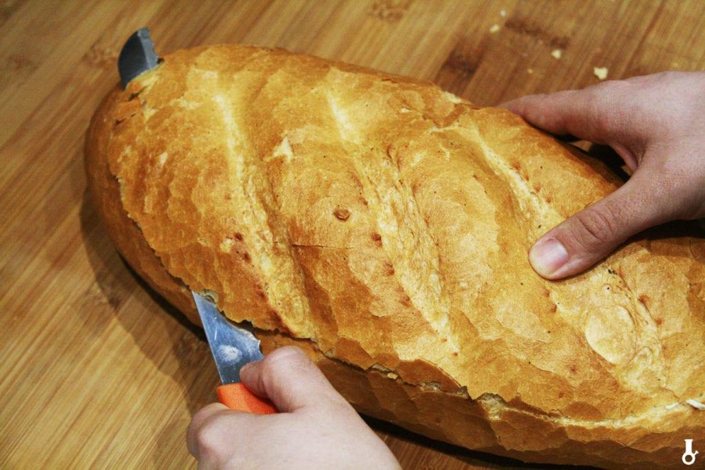 odkrawanie góry chleba