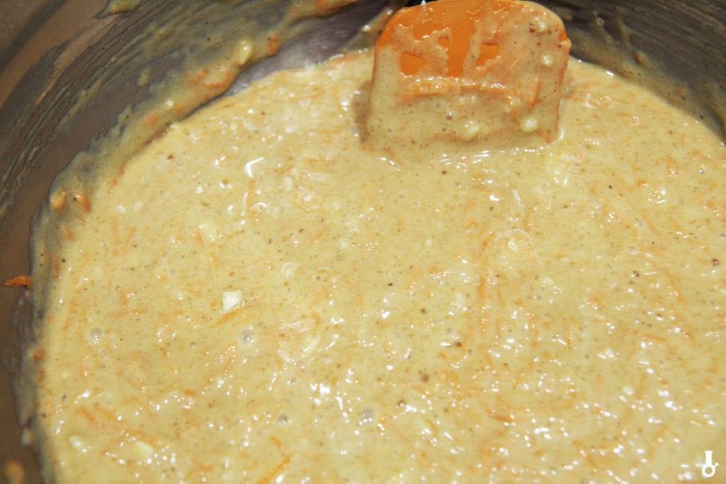 marchewka dodana do masy na ciasto marchewkowe