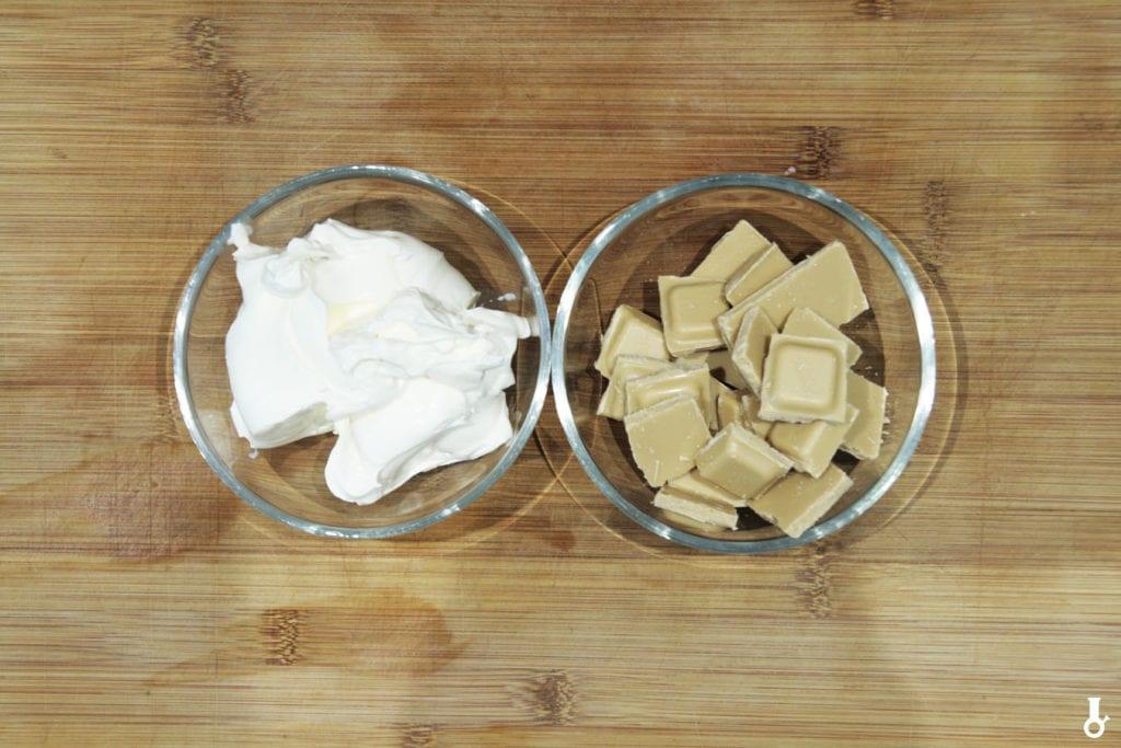 składniki na krem z mascarpone i karmelowej czekolady