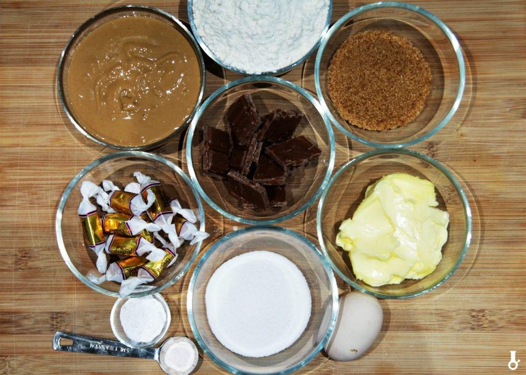 składniki na ciasteczka z masłem orzechowym i karmelkami