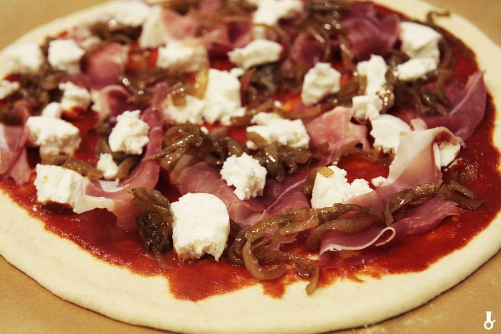 żbliżenie na pizzę parmę przed pieczeniem