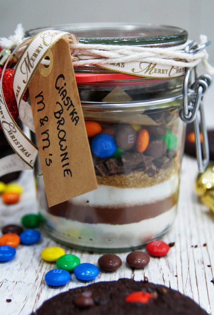 mega zbliżenie na słoik ze składnikami na ciastka brownie z M&Ms