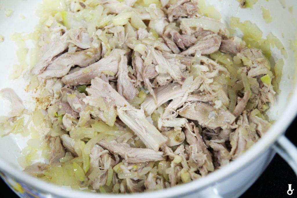 mięso z rosołu dodane do garnka