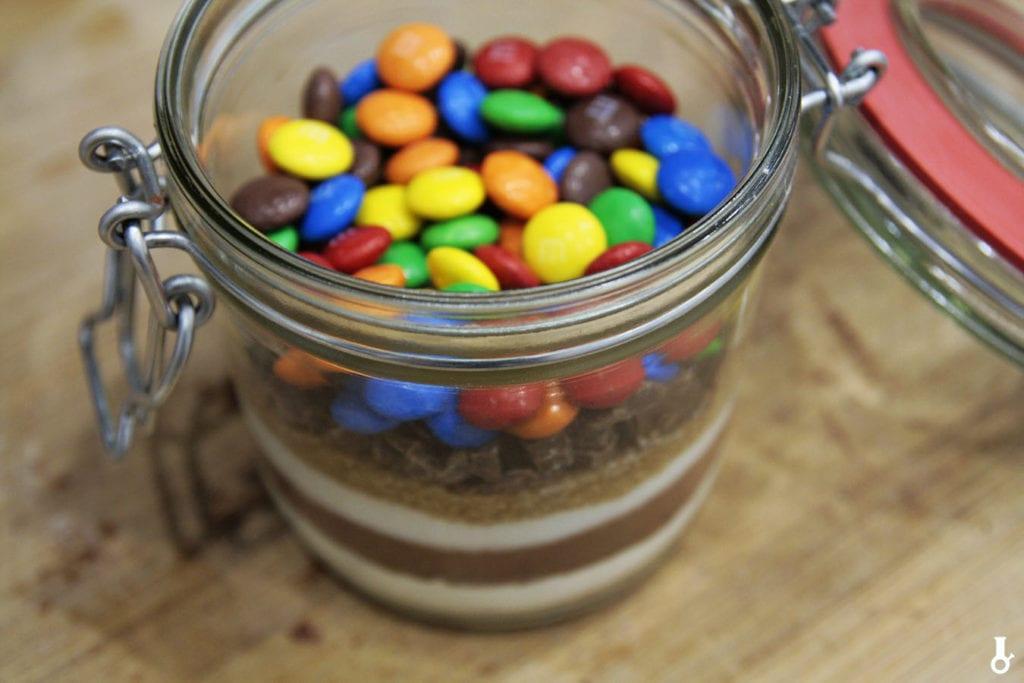 słoik z suchymi składnikami na ciastka brownie M&Ms