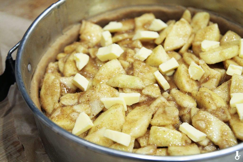 tarta piernikowa wypełniona jabłkami