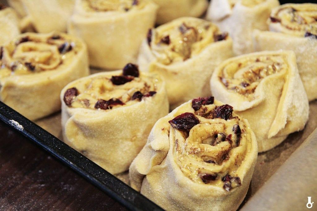 cinnamon rolls przed pieczeniem