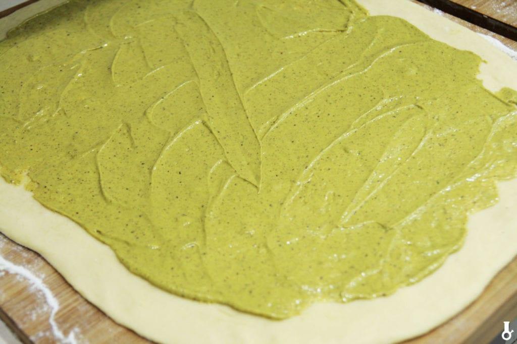 krem pistacjowy rozsmarowany po cieście na cinnamon rolls