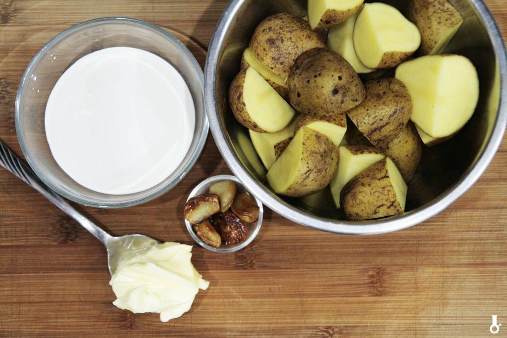 składniki na tłuczone ziemniaki z pieczonym czosnkiem