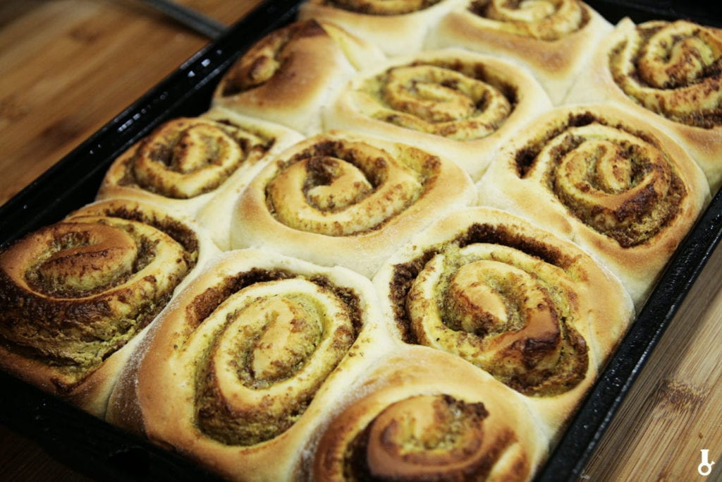 upieczone cinnamon rolls przed lukrowaniem
