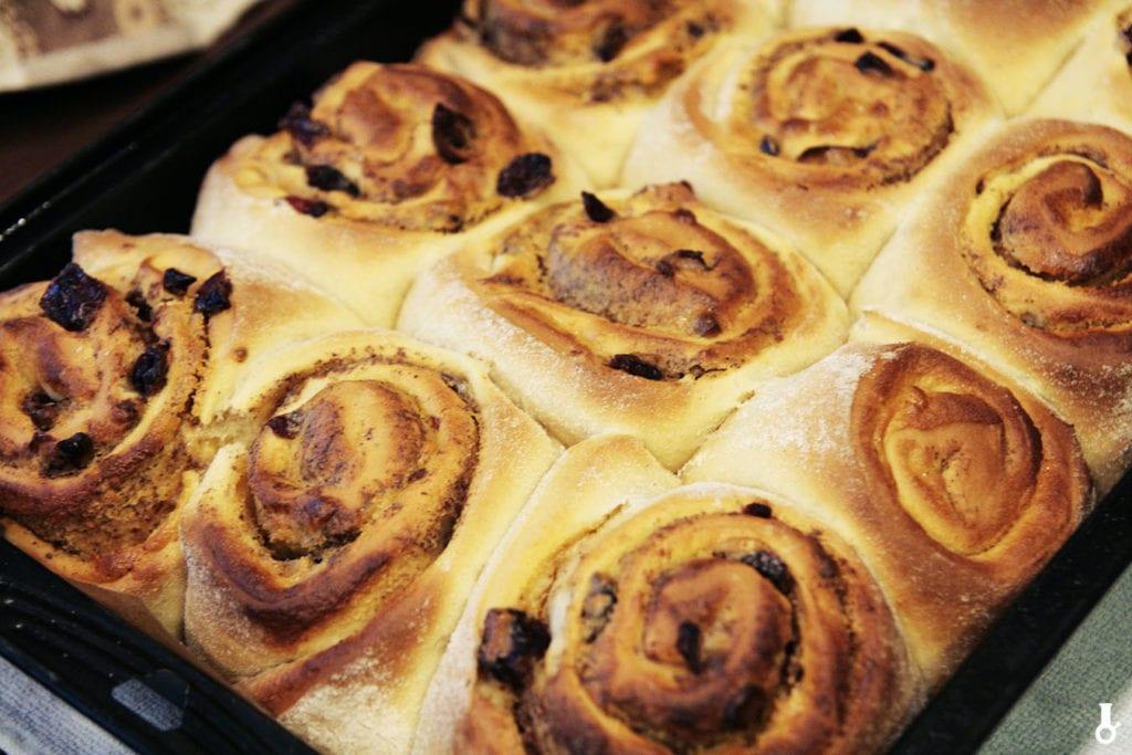 upieczone cinnamon rolls z chałwą i żurawiną