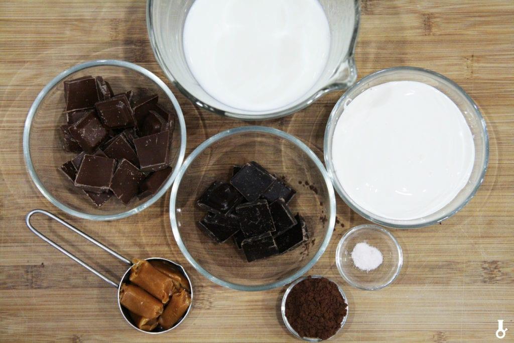 składniki na gorącą czekoladę z solonym karmelem