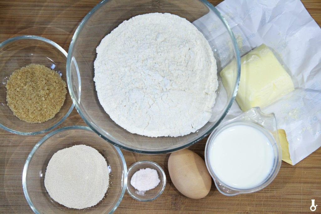 składniki na maślany chleb tostowy