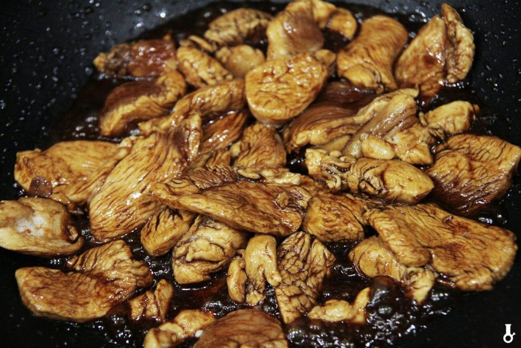 kurczak smażony w oleju sezamowym i sosie sojowym