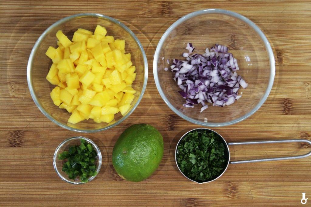 składniki na salsę mango-mięta
