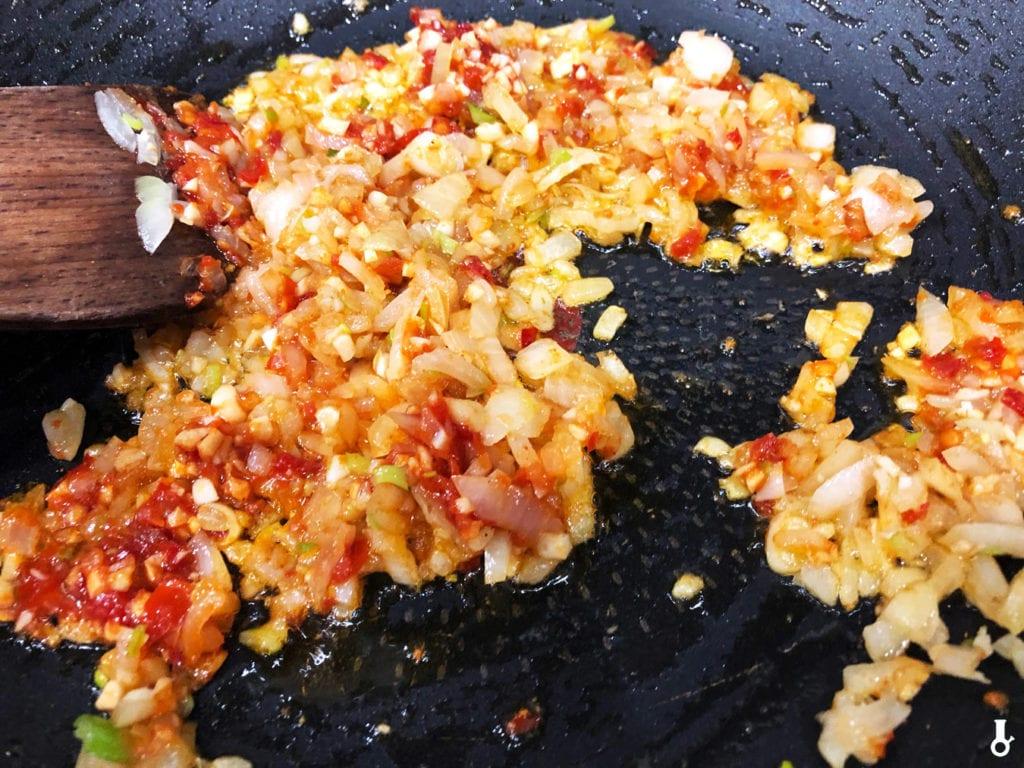 cebula czosnek sambal i imbir na patelni