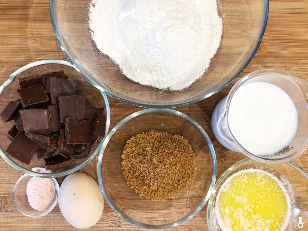 składniki na maślane drożdżówki z czekoladą