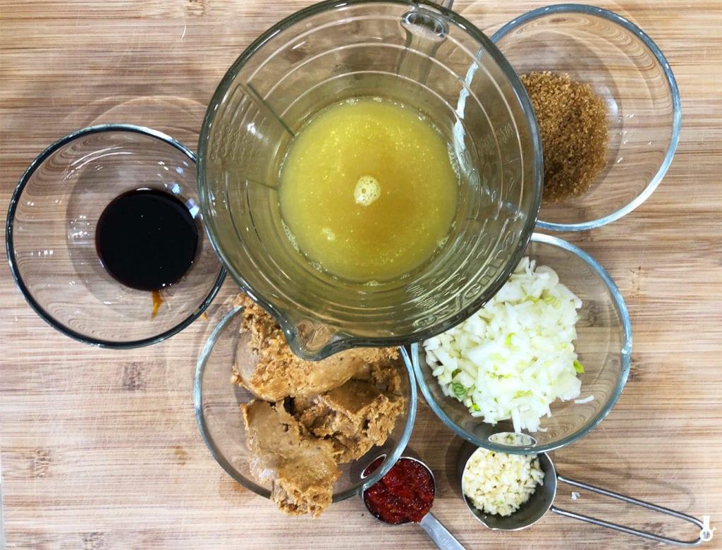 składniki na sos orzechowy