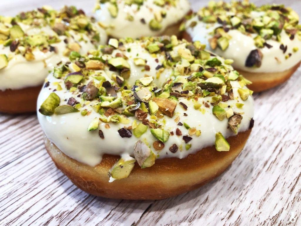 donuty z białą czekoladą i pistacjami