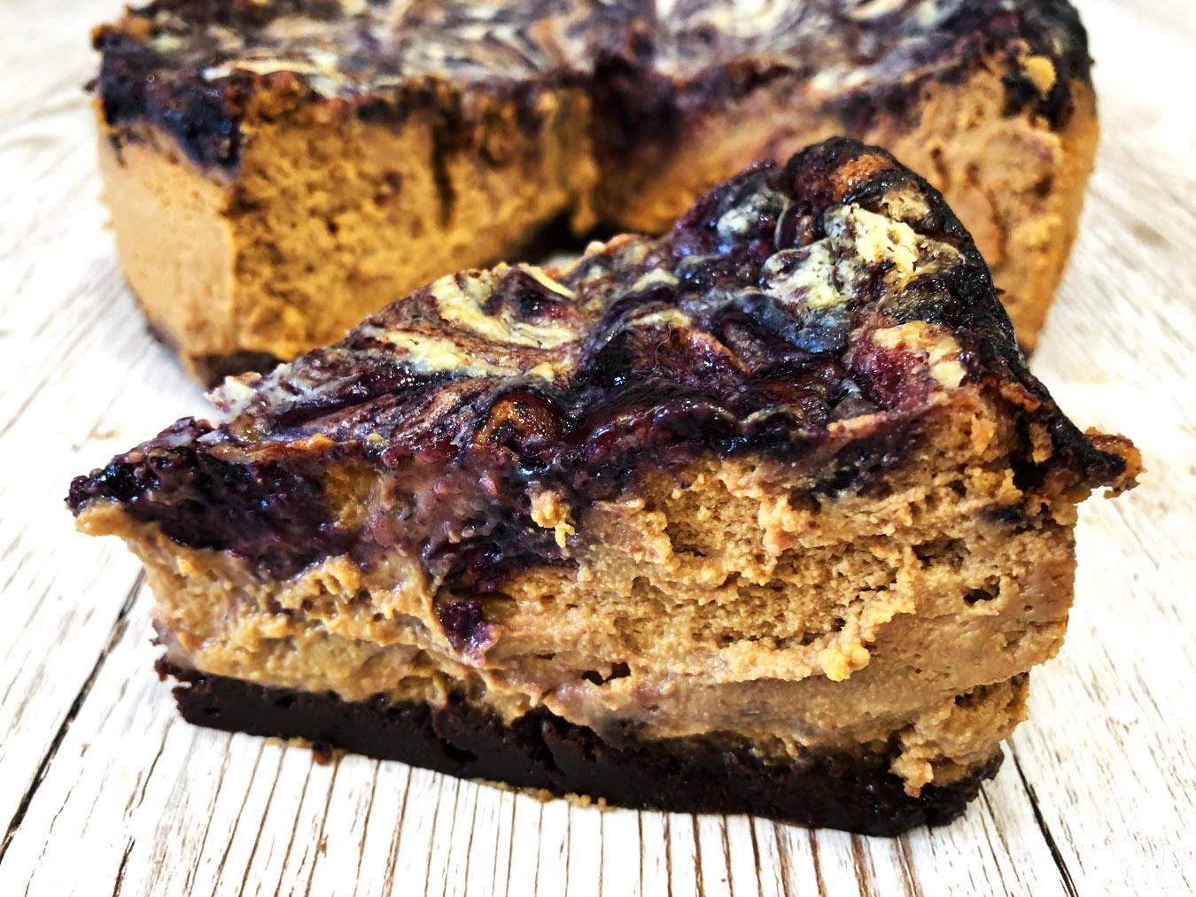 http://www.stonerchef.pl/wp-content/uploads/2018/05/serniczek-kajmakowy-z-dzemem-jagodowym-i-biala-czekolada.jpg